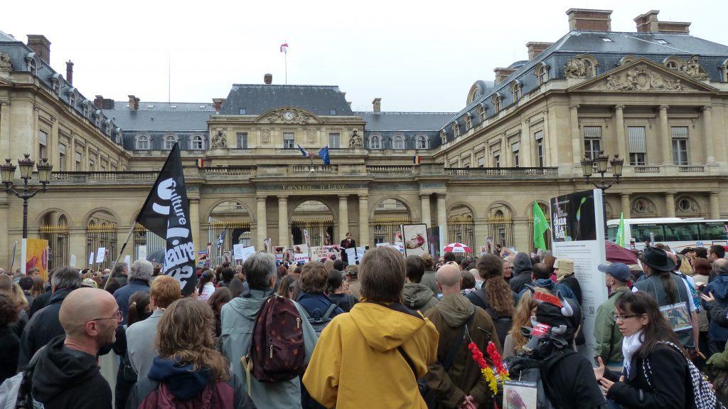 Manifestants anti-corrida devant le Conseil d'Etat (Paris - 20 octobre 2012)