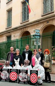 Christian et Danielle devant l'ambassade de Roumanie à Paris (27 mai 2014)